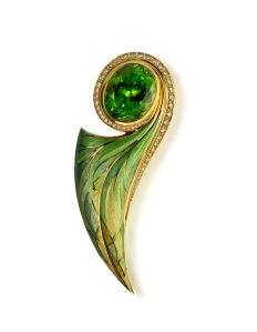 Ingo Henn – Pendant brooch in 18ct yellow gold with faceted peridot, diamonds and enamel