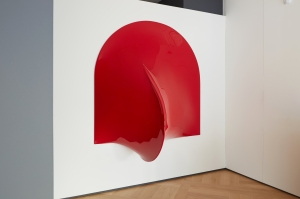 Agostino Bonalumi, Rosso, 1969, Fiberglass and enamel, 180 x 180 x 90 cm, Courtesy Mazzoleni London