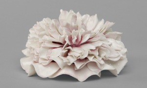 Vincennes/Sèvres soft-paste porcelain, Poeny (paeonia suffruticosa), c.1745–55, Dia. 10.5cm (Belvedere Collection)
