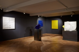 Installation view, Bonalumi - Sculptures, Mazzoleni London, 6 February - 4 April 2015,  Courtesy Mazzoleni London