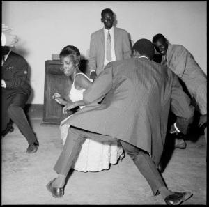 Dansez le Twist, 1965 (c) Malick Sidibé. Courtesy Galerie MAGNIN-A, Paris