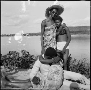 Les Retrouvailles au bord du fleuve Niger, 1974 (c) Malick Sidibé. Courtesy Galerie MAGNIN-A, Paris